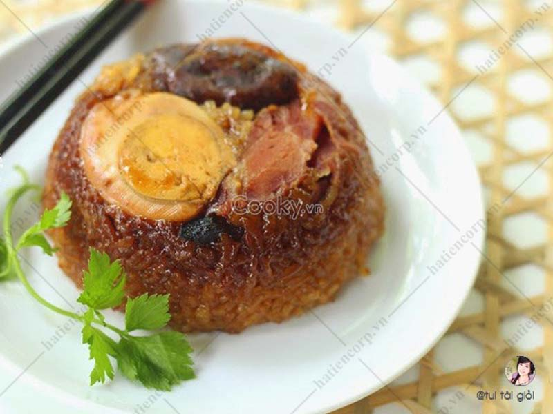 Steamed sticky rice with char siu meat eggs