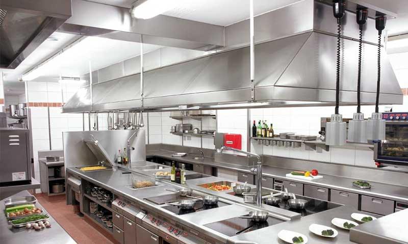 khu bếp có các thiết bị nấu nướng và hút khói