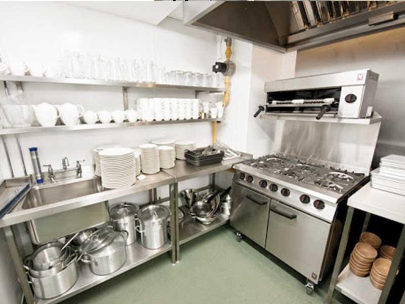 Sử dụng gam màu lạnh giúp dịu bớt khí nóng trong bếp