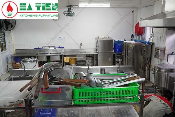 Nhân viên kỹ thuật Hà Tiên bảo hành thiết bị bếp trường học